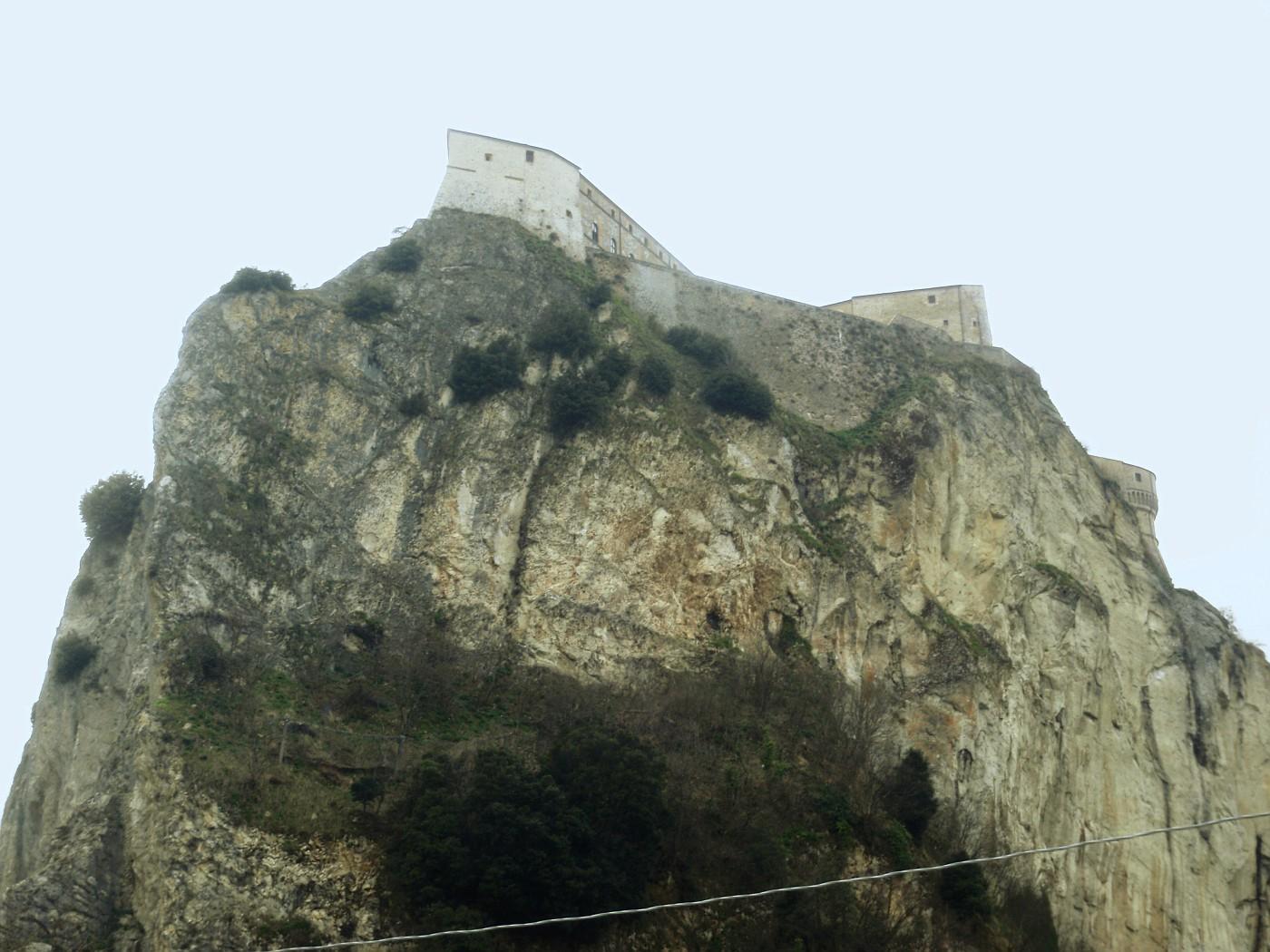 Rocce con il Forte San Leo
