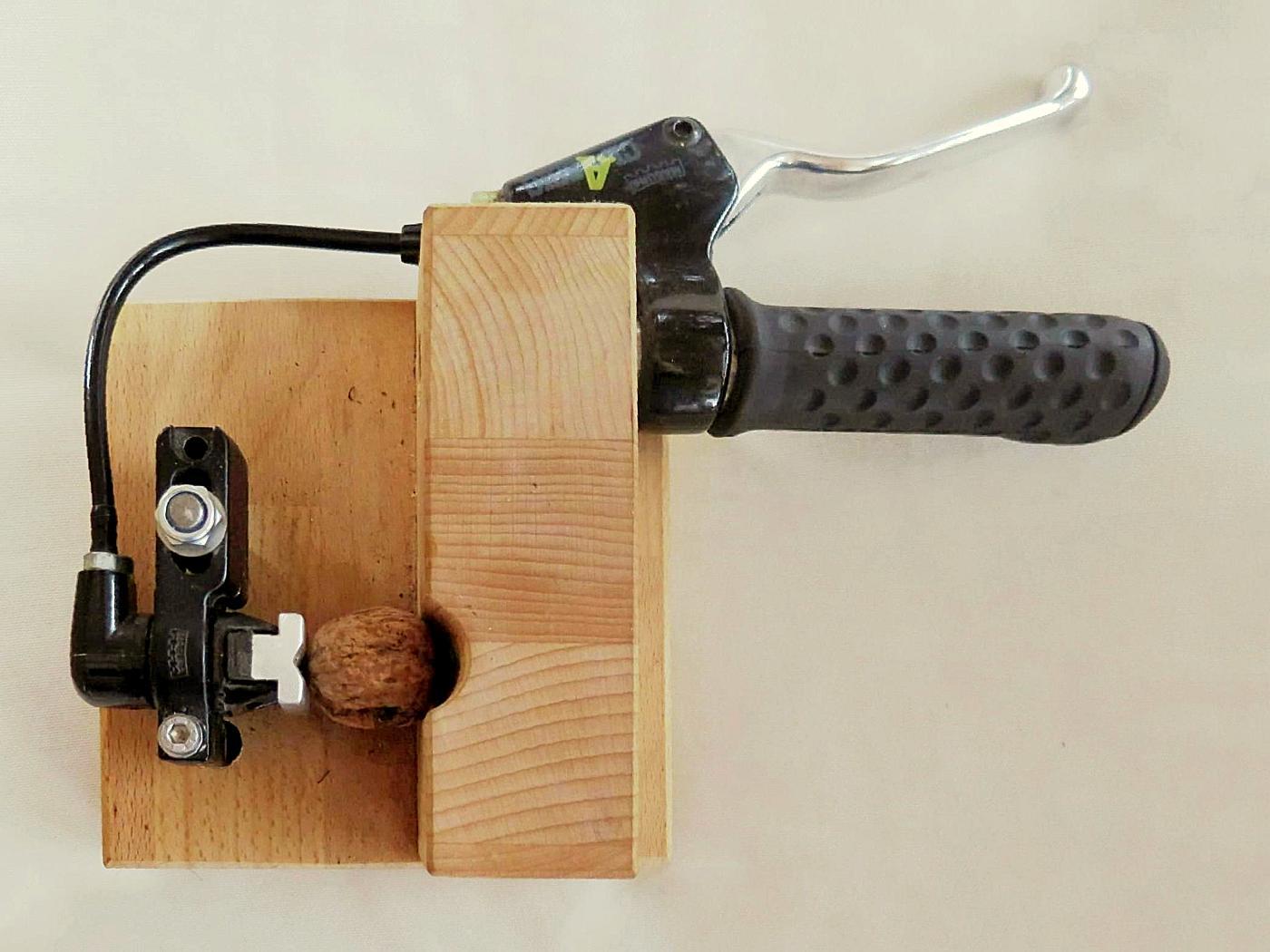 Hydraulischer Nussknacker für Radfahrer  :o)