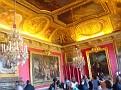 Touristes dans une salle du palais.