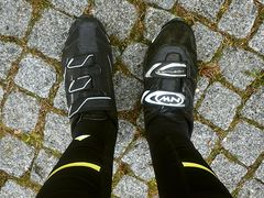 ... aber der rechte Fuß lässt sich in einen linken Schuh hineinzwängen.