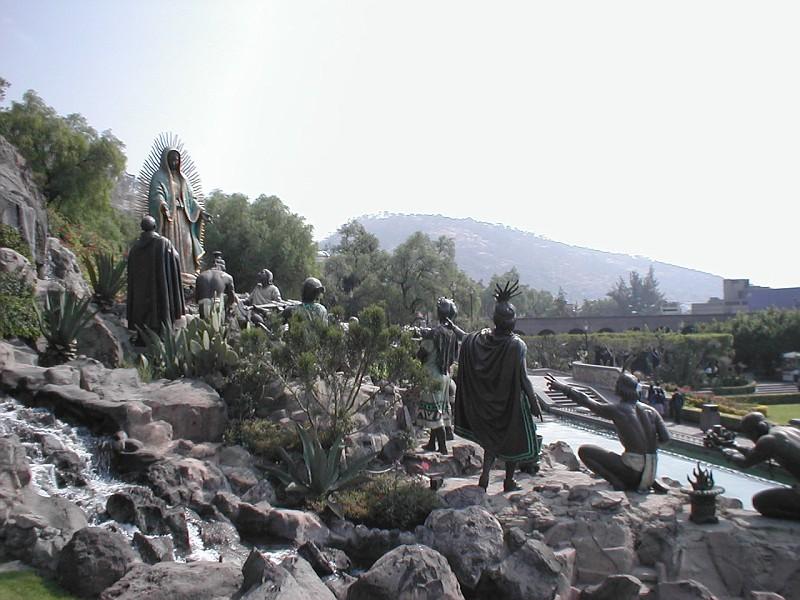 скульптурная группа - Дева является индейцам