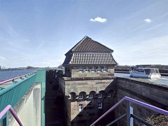 Zwischen den parallelen Kanal-Trogbrücken
