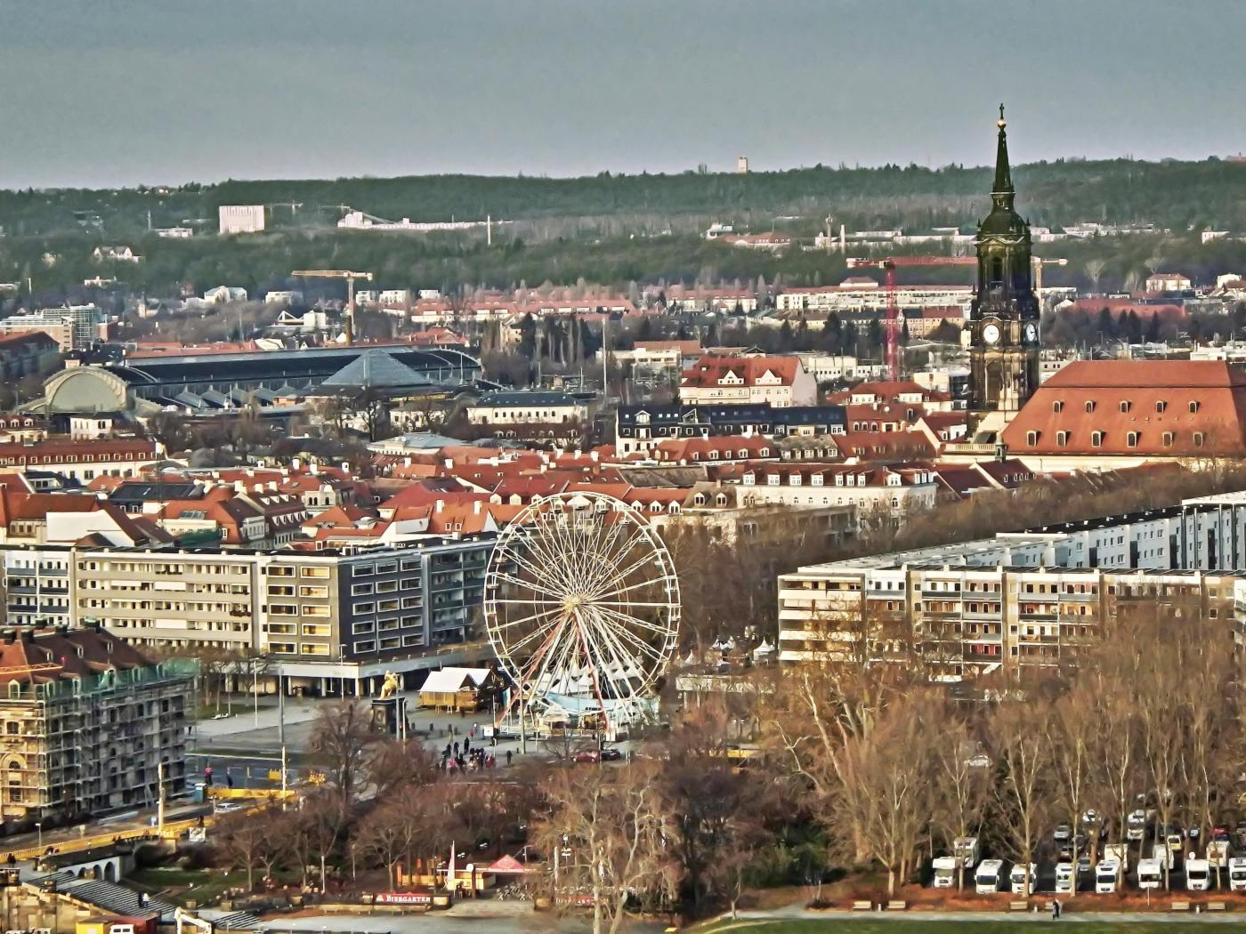 Blick von der Frauenkirche auf Riesenrad und Dreikönigskirche