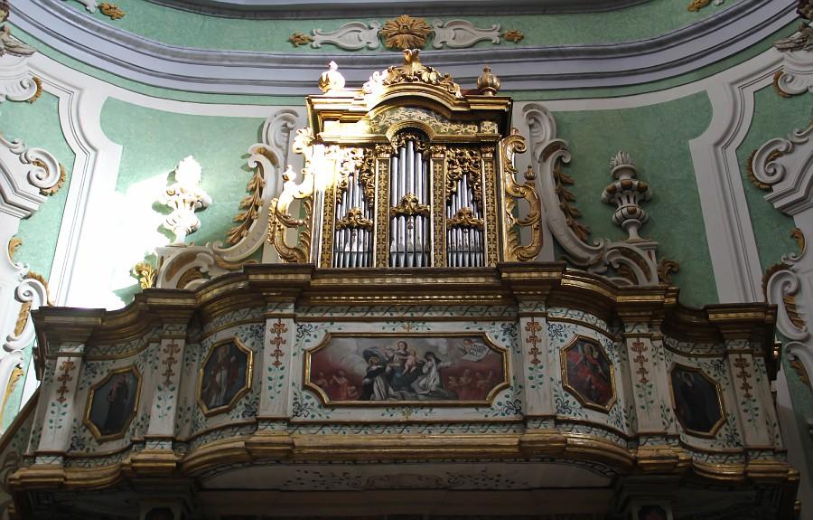 Необыкновенно хорош и орган (1755), нависающий над входом в церковь